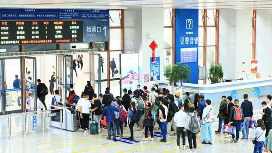 云南铁路8天发送旅客153.9万人次 增开数十对列车