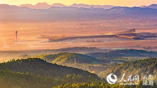 远眺长水机场,空港经济区正在开发建设的住宅和产业园区清晰可辨。(李兴富 摄)