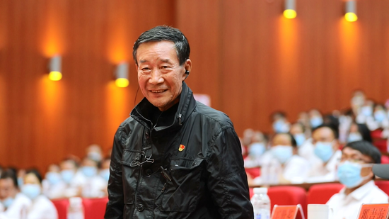 杨善洲的扮演者李雪健老师和党代表一同观看电影《杨善洲》