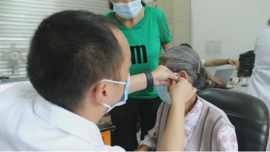 保山市施甸县残联免费为残障人士适配助听器、假肢
