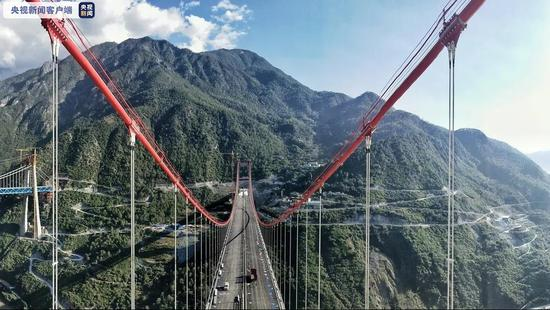 云南香丽高速金沙江特大桥路面沥青铺筑已完成
