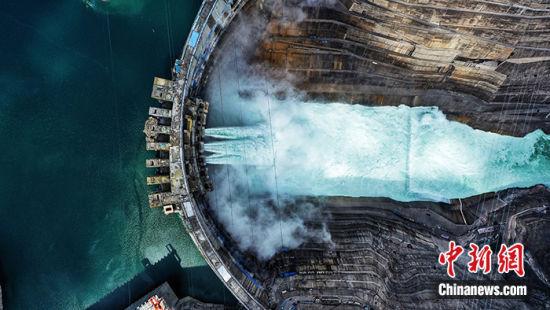 图为俯瞰白鹤滩水电站。周星亮 摄