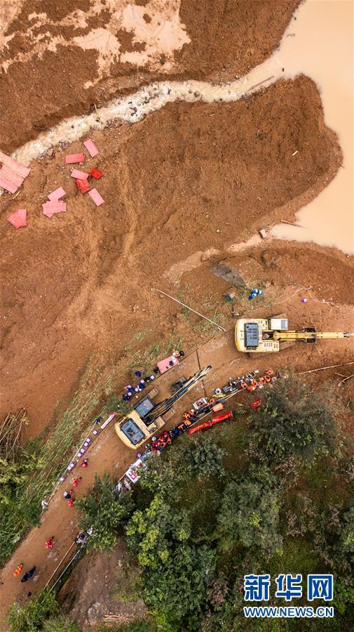 大型工程机械准备进入山体滑坡现场展开救援(7月24日无人机拍摄)。新华社记者 陶亮 摄