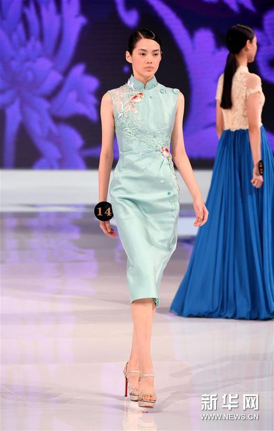 8月26日,获得冠军的汪真禛在晚礼服展示环节中。新华社记者 李紫恒 摄