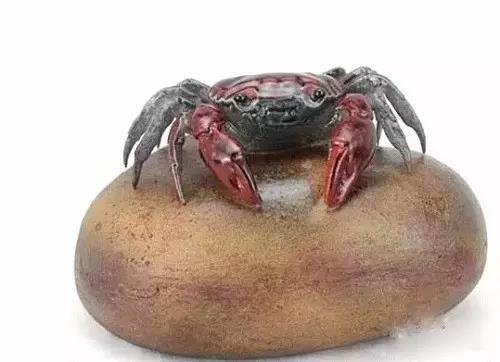 因为螃蟹横着走路,于是代表横行天下的意思。