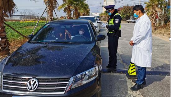 对进入辖区的车辆、人居进行登记,检测体温