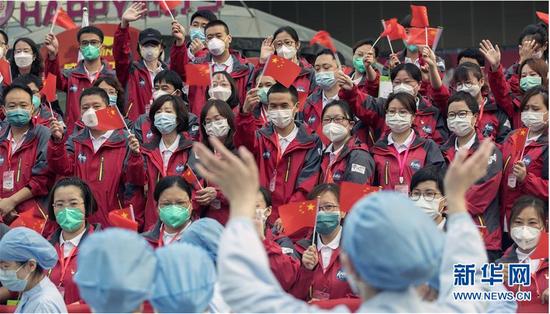 """武汉市第一医院的医护人员(前)来到天津市医疗队撤离仪式现场,送别一个多月来一起抗击新冠肺炎的""""战友""""(3月31日摄)。 新华社记者费茂华摄"""
