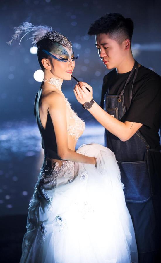 《孔雀之冬》开演前,VC为杨丽萍上妆