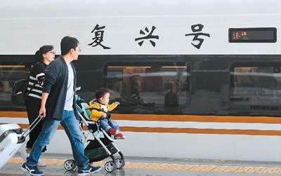 """在杭州火车东站,乘坐从杭州至北京的""""复兴号""""动车组G20次列车的乘客准备登车(4月10日摄)。""""复兴号""""是具有完全自主知识产权、达到世界先进水平的中国标准动车组。新华社记者 黄宗治摄"""