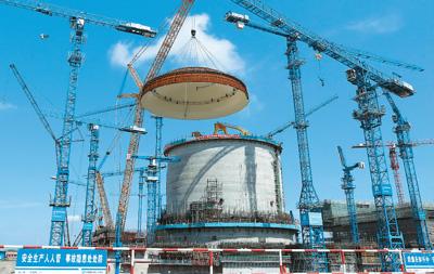 """5月23日,中国自主三代核电""""华龙一号""""示范项目——中广核防城港核电二期工程3号机组穹顶吊装顺利完成,这标志着作为英国""""华龙一号""""核电项目参考电站的防城港3号机组从土建施工阶段全面转入设备安装阶段,为进一步高质量稳步推进工程建设奠定了基础。新华社发"""