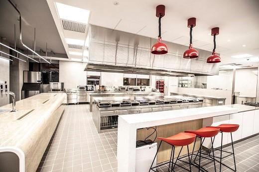 位于上海的百胜中国创新中心集研究与开发为一体,旨在不断推出新颖创意和概念,实现本土化创新产品迅捷推向市场,上图为创新中心的测试厨房