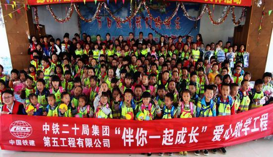 志愿者与全校同学们合影