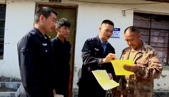 民警向村民宣传野生动物保护知识(龙陵县电视台提供)