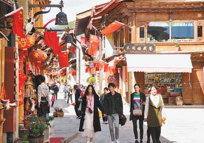 """""""十一""""期间,不少游客在独克宗古城内感受香格里拉多元文化。洛桑央宗摄"""