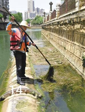打捞员在清洁河道