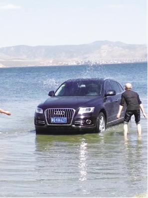 """网友爆料,车主直接把奥迪车开进洱海""""洗澡""""。"""
