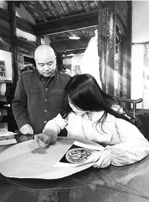 杨宏举指导尹荣荣学习皮雕技艺