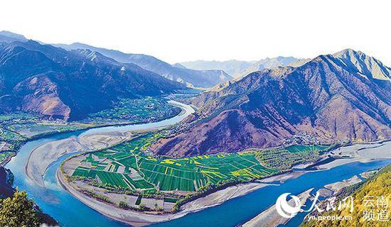 """金沙江在丽江石鼓镇180度转向,形成""""万里长江第一湾""""。(张文银 摄)"""