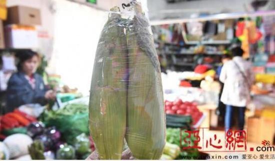 乌市一家农贸市场销售的水果玉米。 首席记者 张万德 摄