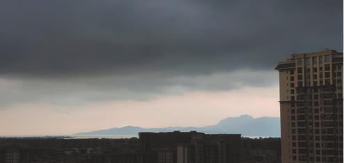 10日16时许,昆明黑云压城,暴雨如注。记者 严云 摄