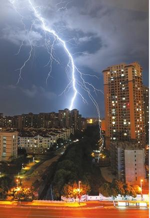 5月23日20时37分,昆明市上空的闪电。记者 杨峥 陈飞 摄