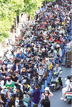 13日下午,昆明交警六大队门口,电动车车主排队,等待办理落户。 记者 江洋 摄