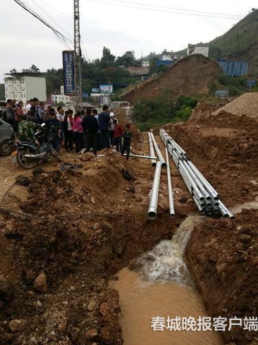 汤利平带领乡亲们进行饮水管网等基础设施建设