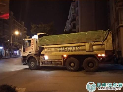 渣土车从小区穿过。记者刘雄斌/摄