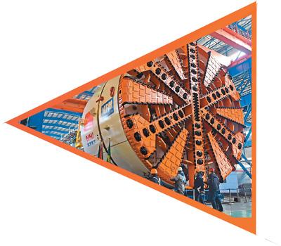 """辽宁沈阳北方重工集团工人在拆解出口到巴西圣保罗的盾构机(2016年1月28日摄)。近年来,北方重工集团有限公司抓住""""一带一路""""沿线国家资源开发及基础设施建设的市场机遇,加快推进大型装备出口,为""""一带一路""""沿线国家经济建设提供了""""中国制造""""解决方案。新华社记者 杨 青摄"""