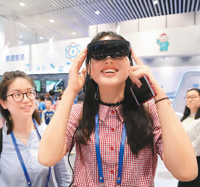 5月19日,参观者在北京科技周上体验国际上首款量产版全高清AR智能眼镜。陈晓根摄(人民视觉)