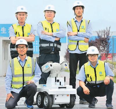 5月28日,陕西省西安市地下综合管廊项目首次采用智能巡检机器人测试巡检。蓝小安摄(人民视觉)