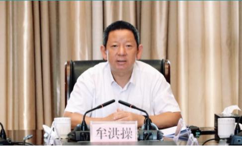 (临沧市人民政府副市长牟洪操出席会议并作讲话)
