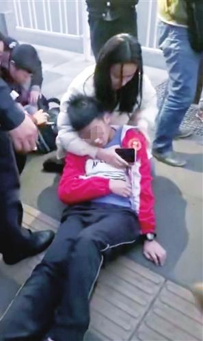 杨昆娥救治男孩现场 视频截图