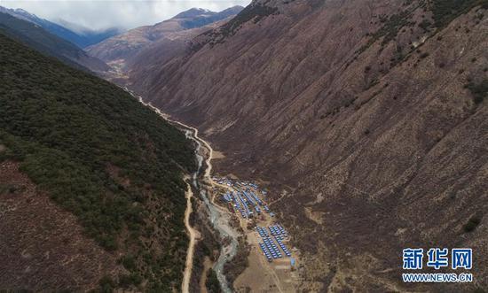 这是位于西藏江达县波罗乡境内的康扎西安置点(新华社记者 刘东君 11月11日无人机拍摄)