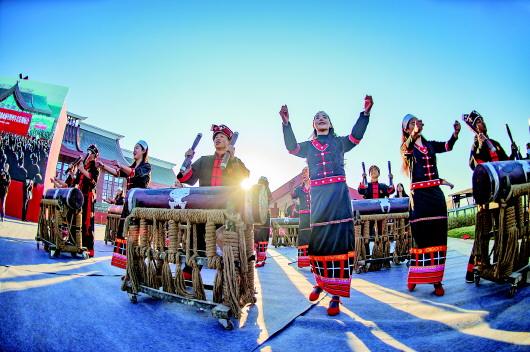 2020年12月30日,佤族群众载歌载舞庆祝临沧火车站通车。贾翔摄