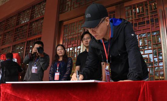 著名军事文化专家、军旅作家余戈为新书《滇西抗战三部曲》签赠