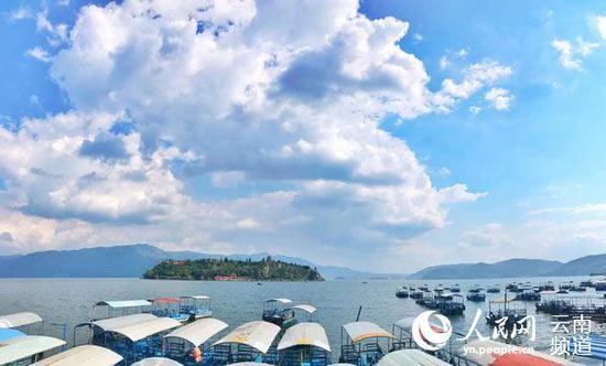 蓝天下的抚仙湖