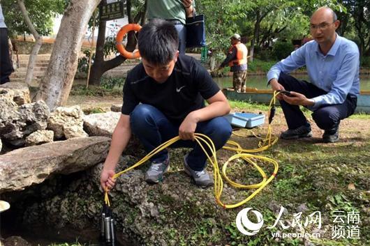 工作人员检测潭底冒水现象 供图