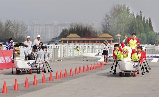"""本次比赛设置""""陆上龙舟""""项目,也被称作""""轮滑龙舟""""。"""