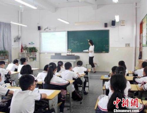 一位腿部受伤的老师坚持上课 陈惠珍 摄