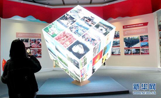 """展厅内,多媒体""""魔方""""正在展示云岭之美。(新华网 念新洪 摄)"""