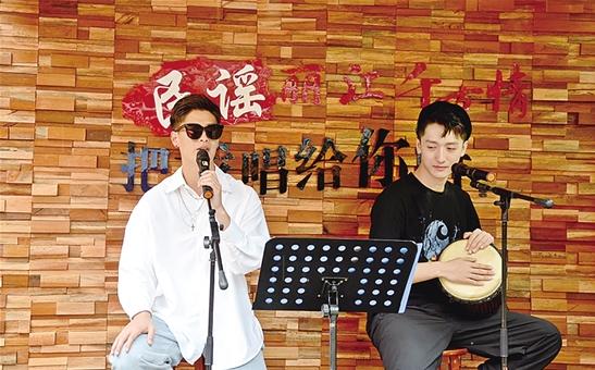"""""""小刘同学""""(左)演唱民谣"""