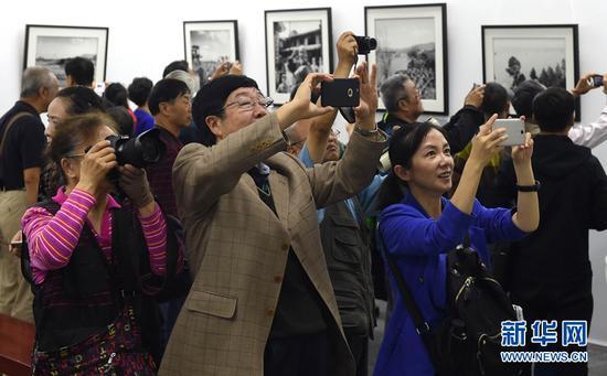 2017年举办的杨长福个人作品展《昆明记忆》,吸引了众多观众前来观展。新华社记者 蔺以光 摄