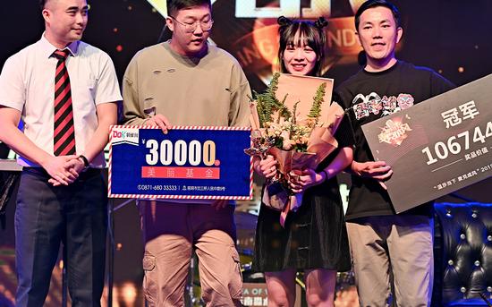 歌舞姬战队98年选手朱朱夺冠(左三)