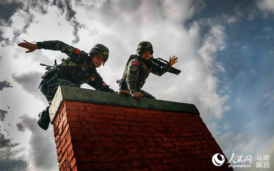 图为特战队员进行1500米越障射击比拼。(李义 摄)