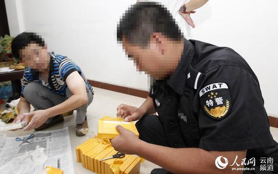 曲靖市罗平县公安局禁毒支队 蒋春华(右一)。(云南省公安厅供图)