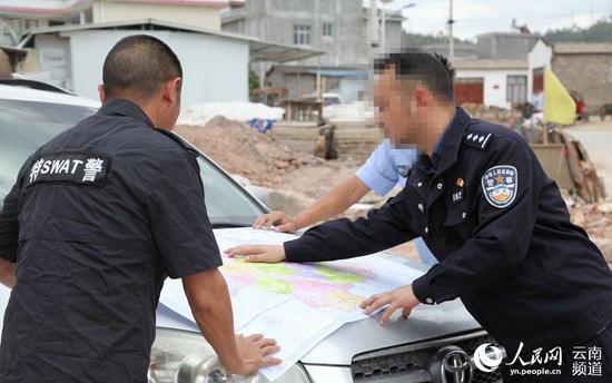 大理州永平县公安局禁毒大队田文林(右一)。(云南省公安厅供图)