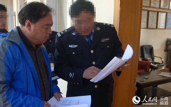 迪庆州维西县公安局禁毒大队段文臣(右一)。(云南省公安厅供图)