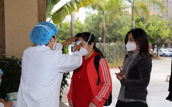 医护人员给滞留旅客测量体温(供图)