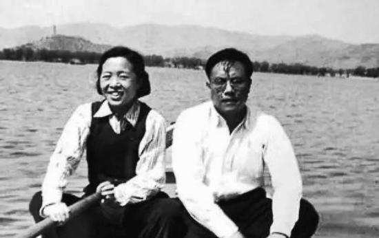 艾思奇(右)与夫人王丹一